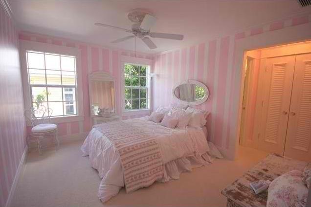 kamar minimalis pink